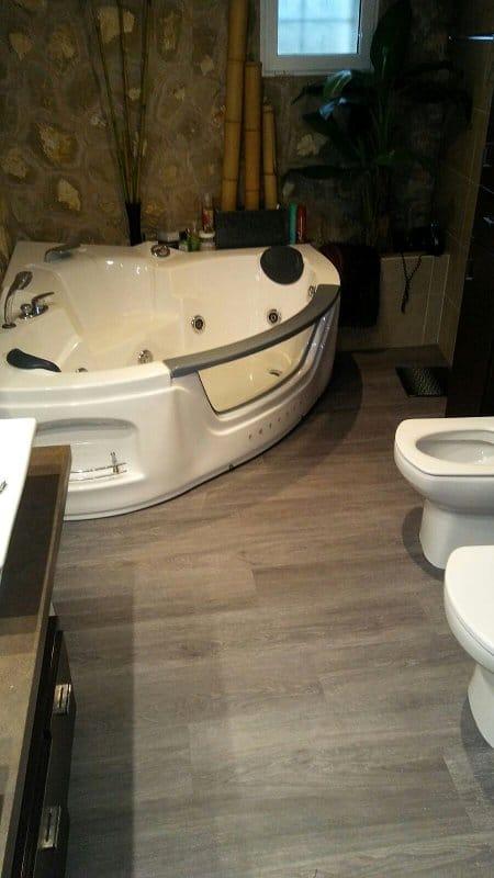 suelo vinilo en baño