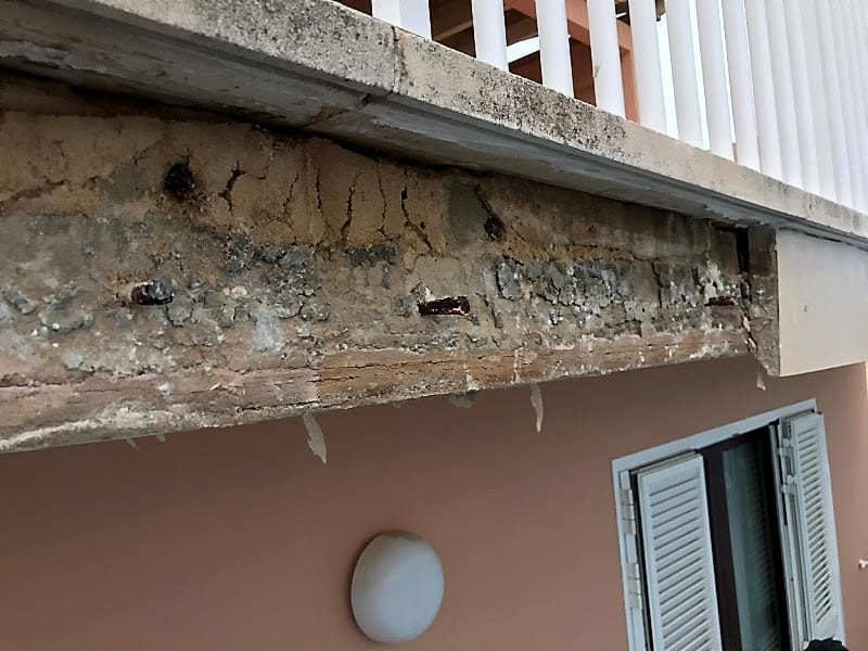Piezas aplacadas de fachada en mal estado